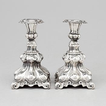 LJUSSTAKAR, ett par, silver, barockstil, svenska importstämplar, 1900-talets andra hälft.