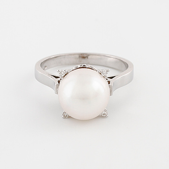 A cultured pearl and brilliant cut diamond ring.