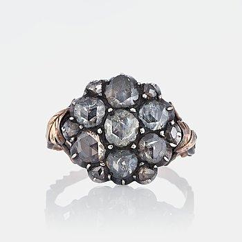 952. Ring med rosenslipade diamanter.