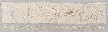 TEXTIL, broderat siden, ca 36 x 179,5 cm, sannolikt Kina, omkring 1900.