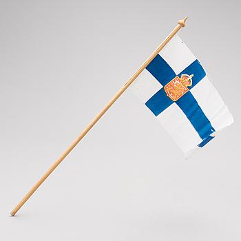 HANDFLAGGA, trä och tryckt textil, Finlands statsflagga 1918-20.