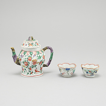 KOPPAR, ett par, samt TEKANNA, porslin, Kina, Kangxi (1662-1722) samt Kangxistil 1900-tal.