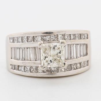 RING, med princesslipad diamant ca 1.00 ct samt 30 oliksliapde diamanter totalt ca 2.00 ct.