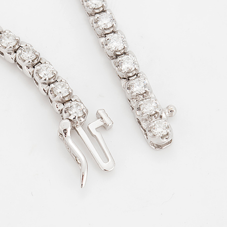 A tennisbracelet set with round brilliant-cut diamonds.