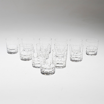 VICKE LINDSTRAND, A set of 13 whisky glasses by Vicke Lindstrand for Kosta.