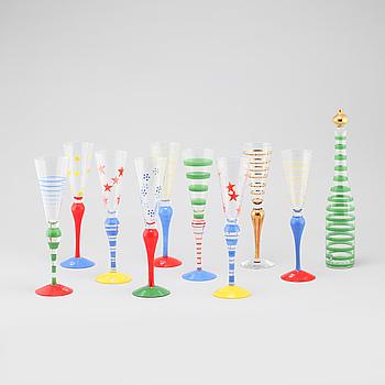 """ANNE NILSSON, champagneglas, 9 st, samt karaff, """"Clown"""", Orrefors, 1900-talets slut/omkring år 2000."""