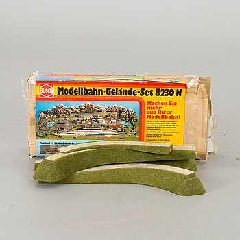 """TILLBEHÖR TILL MODELLBANA. Bland annat """"Modellbahn-Gelände-Set 8230 N."""