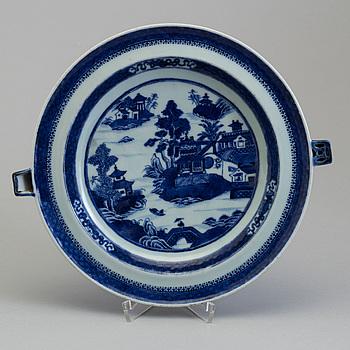A Chinese porcelain plate, Qianlong (1736-95).