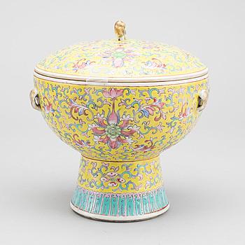SKÅL PÅ FOT MED LOCK, porslin, Kina, omkring 1900.