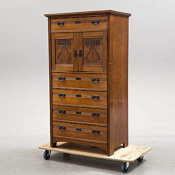 An early 20th century Art Noveau mahogany veneer chest of drawers/cabinet.