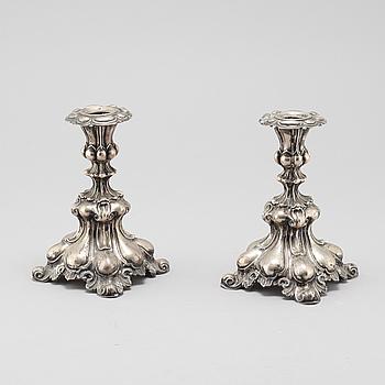 LJUSSTAKAR, ett par, silver, rokokostil, Sverige,  omkring 1900-talets mitt,