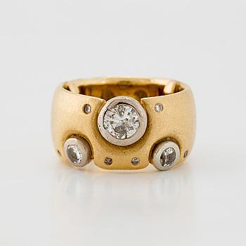 RING med runda briljantslipade diamanter.