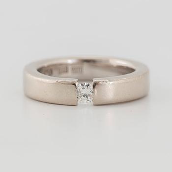 RING med en rund briljantslipad diamant.