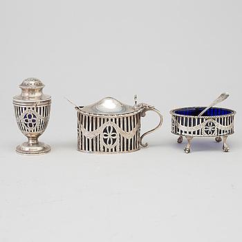 SALTKAR, SENAPSKANNA OCH PEPPARSTRÖARE, silver och glas,  London, England, 1900-talets början. Total vikt ca 412 gram.