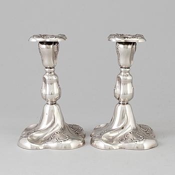 LJUSSTAKAR, ett par, silver, rokokostil, Norge, 1900-talets mitt.