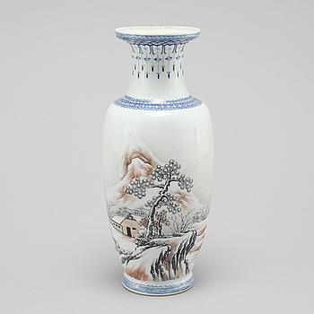 VAS, porslin, Kina, omkring 1900-talets mitt.