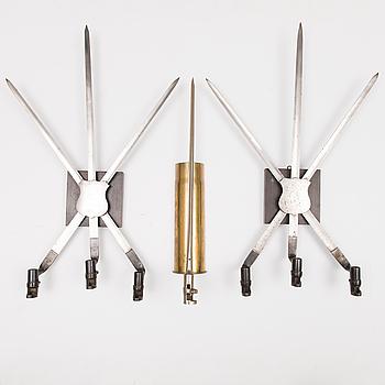 VÄGGDEKORATIONER, 3 st, i form av bajonetter och hylsa, 1800-1900-tal.