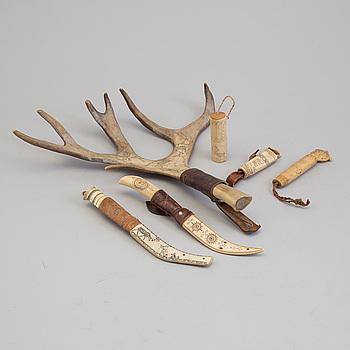 KNIVAR, tre stycken, NÅLHUS, tre stycken, samiska, ben, 1900-talets förstas hälft.