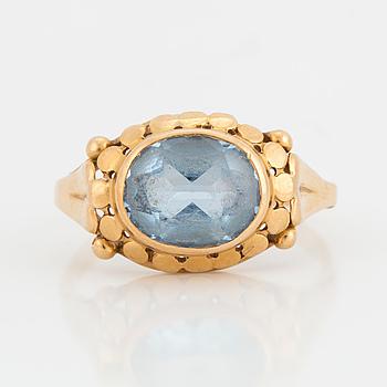 RING, 18K guld med syntetisk blå spinell, Guldvaruhuset Aktiebolag, Stockholm, 1955.
