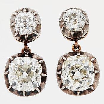 857. ÖRHÄNGEN med fyra gammalslipade diamanter.