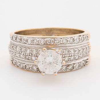 RING, med fasettslipad Cubic Zirconia i mitten samt mindre briljantslipade diamanter ca 0.50 ct.