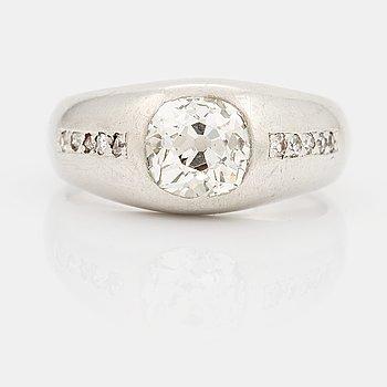 858. RING med en gammalslipad diamant.