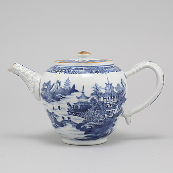 A late 18th century porcelian chinese teapot.