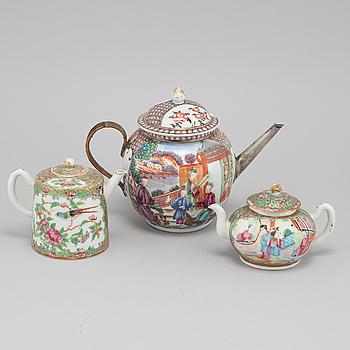 Three 18/19th century Chinese porcelain tea pots.