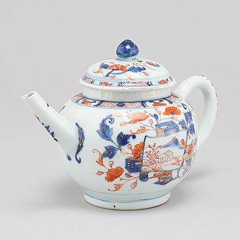 A porcelain tea pot from China, 18th century.