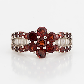 RING, with garnet and baguette-cut diamonds.