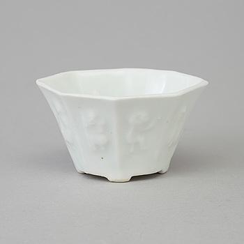 VINOFFERBÄGARE, blanc de chine, Qing dynastin, 1800-tal.