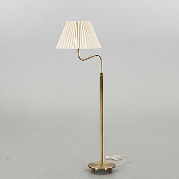 """JOSEF FRANK, golvlampa, modell 2568, """"Lilla kamelen"""" för Firma Svenskt Tenn."""