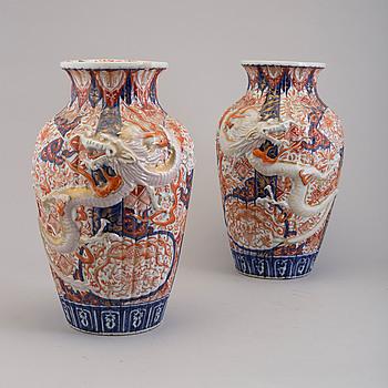 VASER, ett par, porslin, Imari, Japan, 1800-tal.