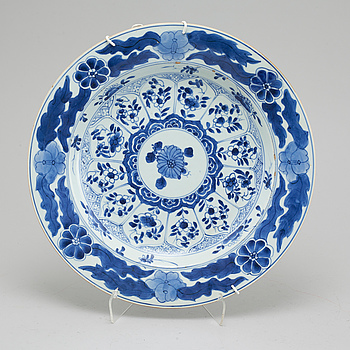 A porcelain dish from China, Kangxi (1662-1722).