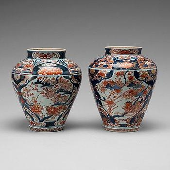 URNOR, ett par, porslin. Japan, Genroku, 1700-tal.