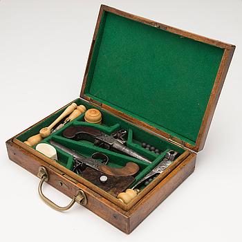 FLINTLÅSPISTOLER, ETT PAR, England, märkta E. Bond London, cirka 1800.