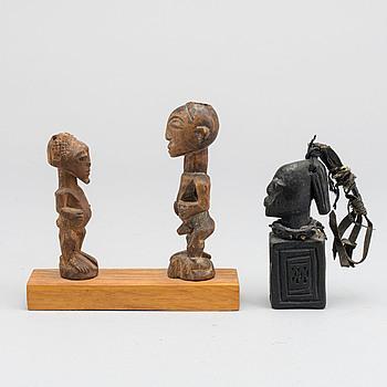 FETISCHER, 2 st Songye, Kongo samt en Eshu, Yoruba, Nigeria.