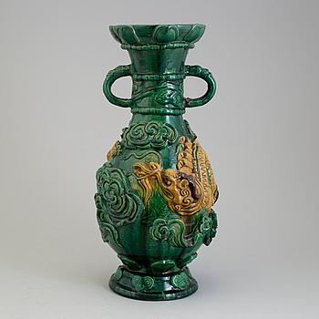 URNA med HÄNKLAR, keramik. Mingstil, 1900-tal.