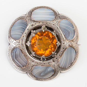 A BROOCH set with amber coloured paste and agate.