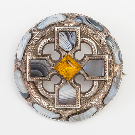 A brooch set with agate and paste