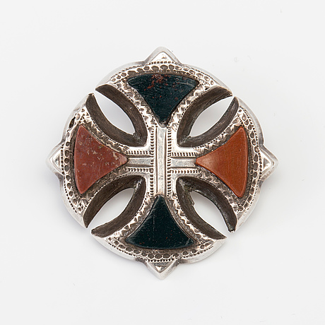 A brooch set with jasper and heliotrope