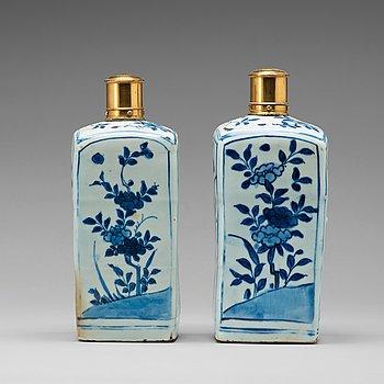 FLASKOR, ett par, porslin. Mingdynastin, Wanli (1572-1620).