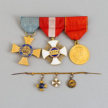 SPÄNNE med 2 riddartecken, Preussiska Kronorden, Italienska Kronorden samt rysk förtjänstmedalj i S.t Annaordens band.