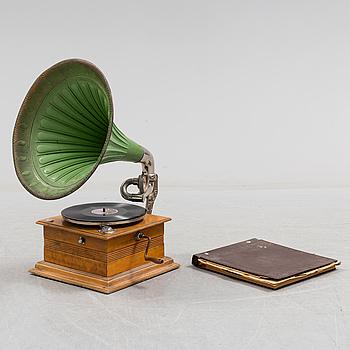 AUDOFON, vevgrammofon, 1900-talets början, tratt i målad plåt, låda i lövträfanér.