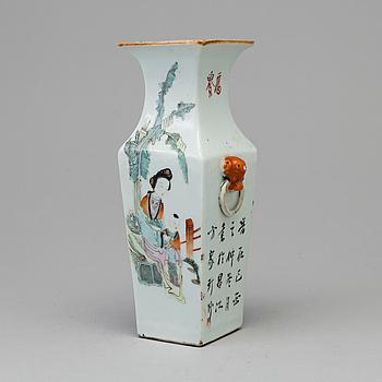 VAS, porslin. Kina, tidigt 1900-tal.