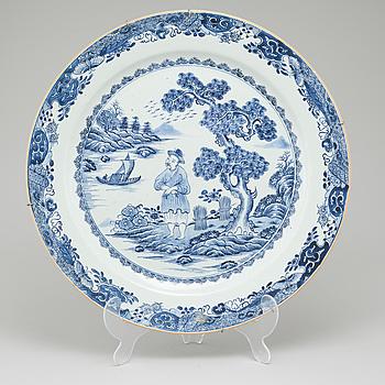 A porcelain dish from China, Qianlong (1736-1795).