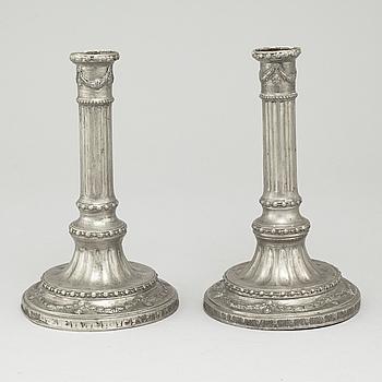 JACOB SAUER, ett par ljusstakar, tenn,  mästare i Stockholm 1763-1802/04.