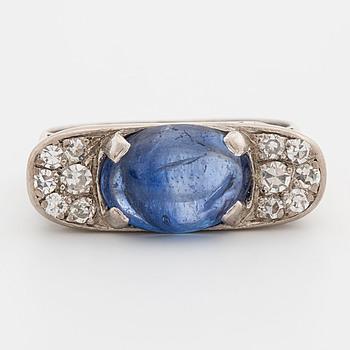 RING, med cabochonslipad safir samt åttkantslipade diamanter ca 0.10 ct.