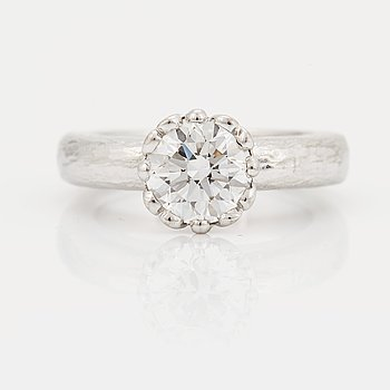 907. A SOLITAIRE RING.