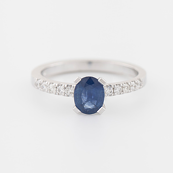 RING, med safir ca 0.80 ct samt briljantslipade diamanter ca 0.15 ct totalt.